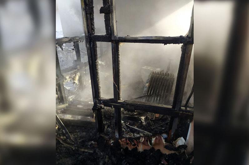 На проспекте Богдана Хмельницкого горел домик охранника на территории СТО