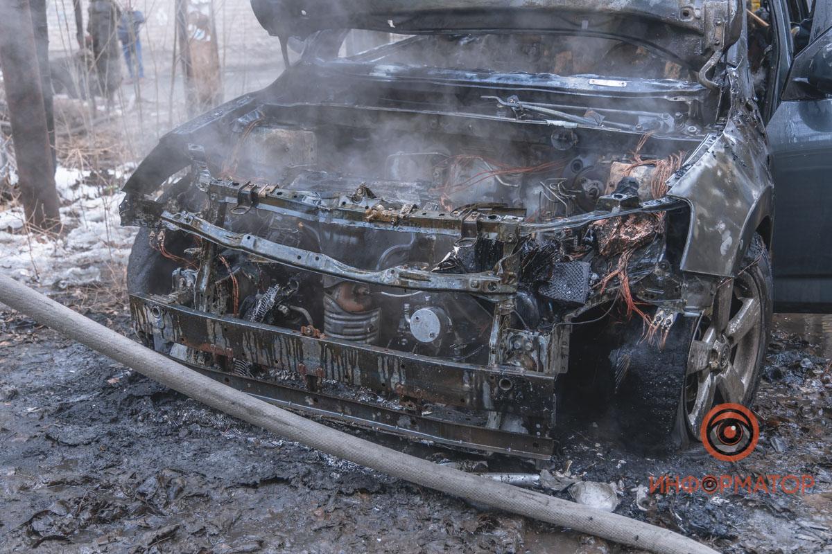 В Днепре возле школы № 55 на Мануйловском сгорела Toyota RAV4