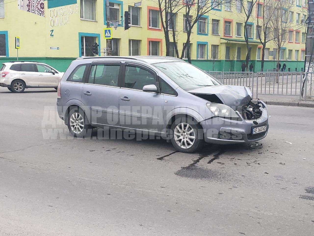 В Днепре на Набережной Заводской Opel «влетел» в Land Cruiser