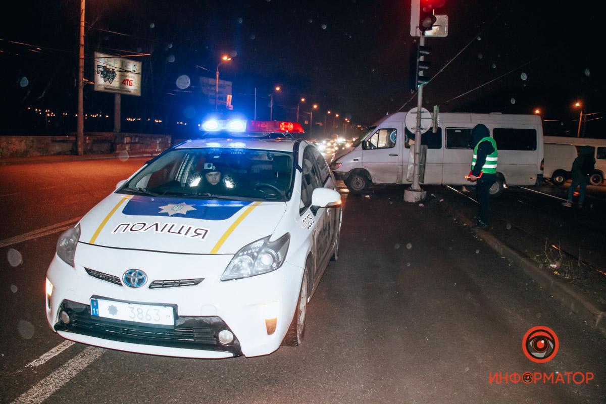 В Днепре на проспекте Богдана Хмельницкого 155-я маршрутка врезалась в столб: пострадали семь человек