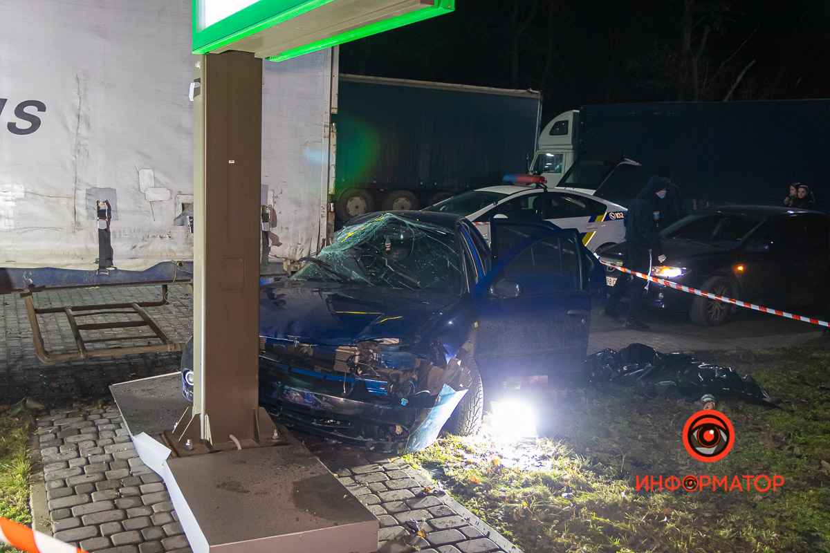 В Днепре Chevrolet влетел в фуру на заправке WOG: погибла девушка (появилось видео момента)