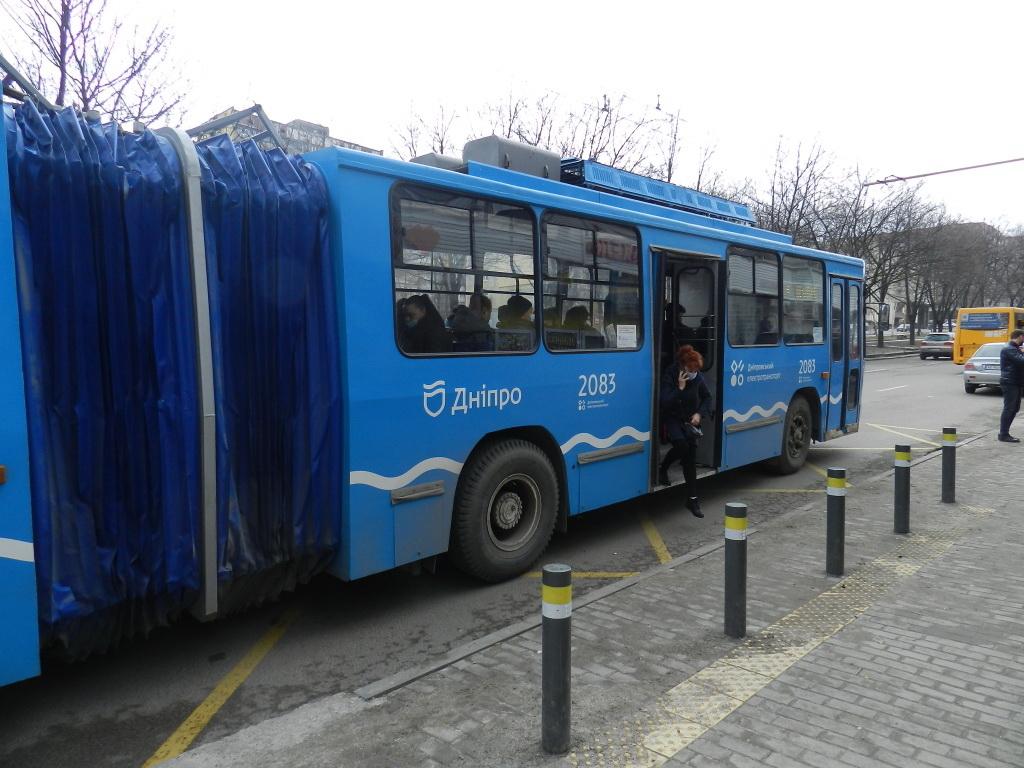 Пассажиров в Днепре спасают урны, столбы, остановки…