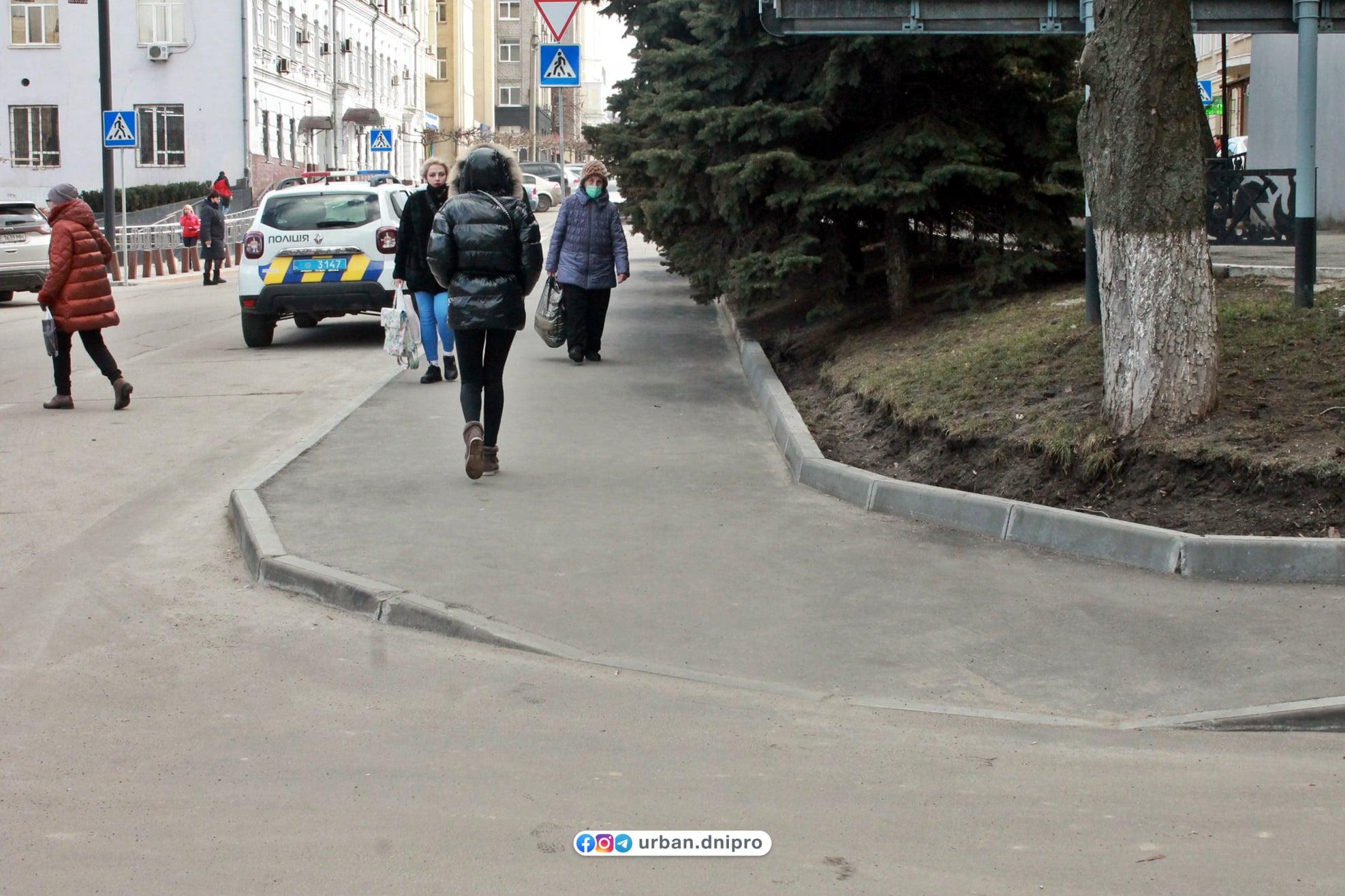 На улице Челюскина в Днепре обновили тротуары – есть вопросы…