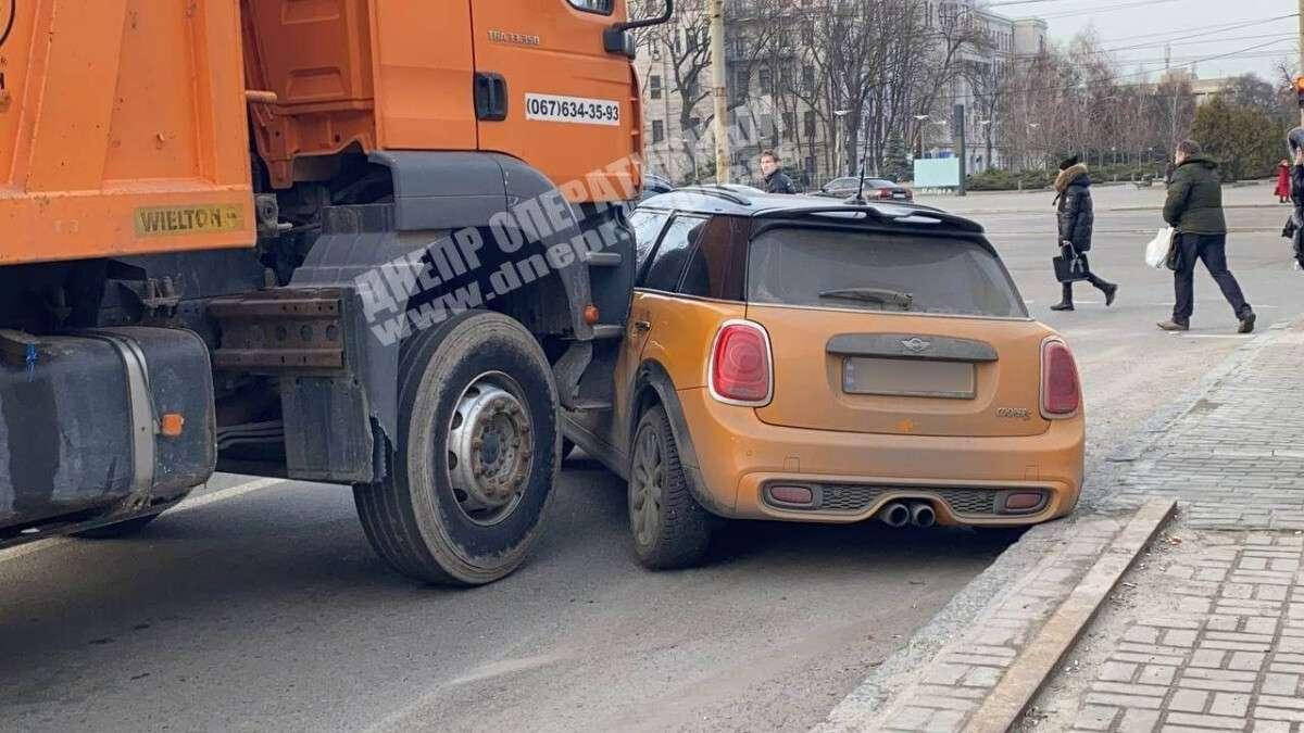 В Днепре на Поля грузовик MAN протаранил Mini Cooper и протащил на несколько метров: видео момента ДТП
