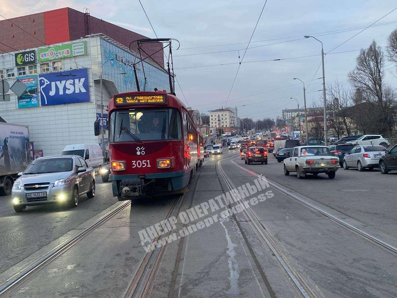 В Днепре на Шмидта столкнулись BMW и Daewoo: заблокировано движение трамваев