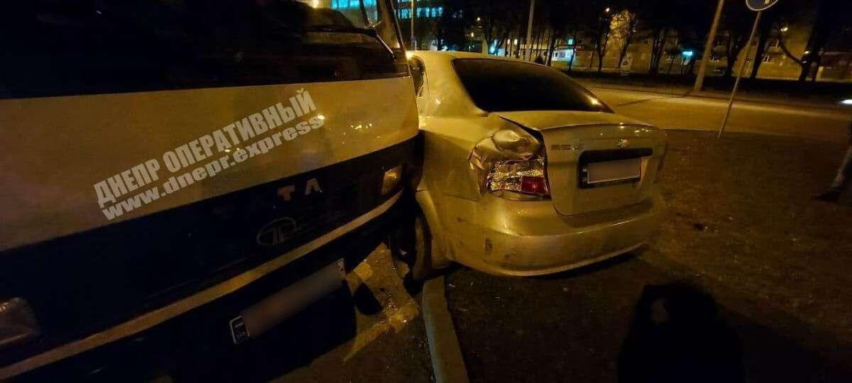 В Днепре возле Речпорта грузовик врезался в Chevrolet: от удара легковушку выкинуло на газон