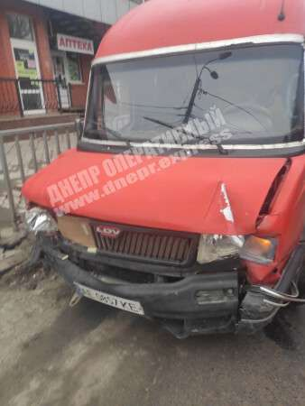 В Днепре на Рабочей водитель микроавтобуса снёс металлическое ограждение дороги