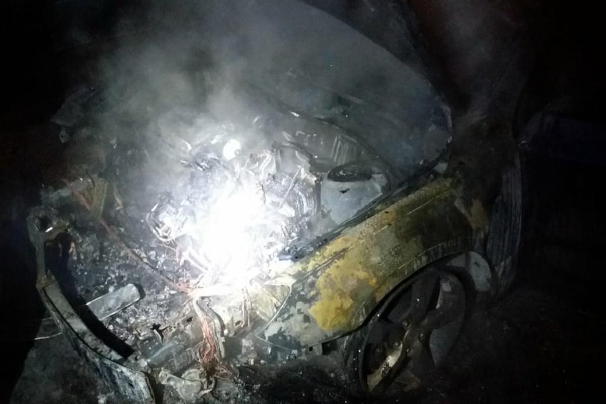 В Днепре на улице Семафорной во время временной стоянки загорелась «Mazda»
