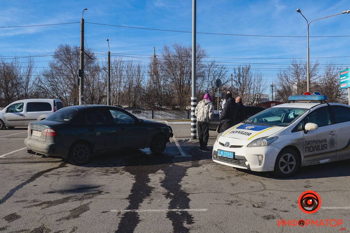 В Днепре на пустой парковке «Каравана» Daewoo Lanos влетел в столб: пострадала несовершеннолетняя девушка