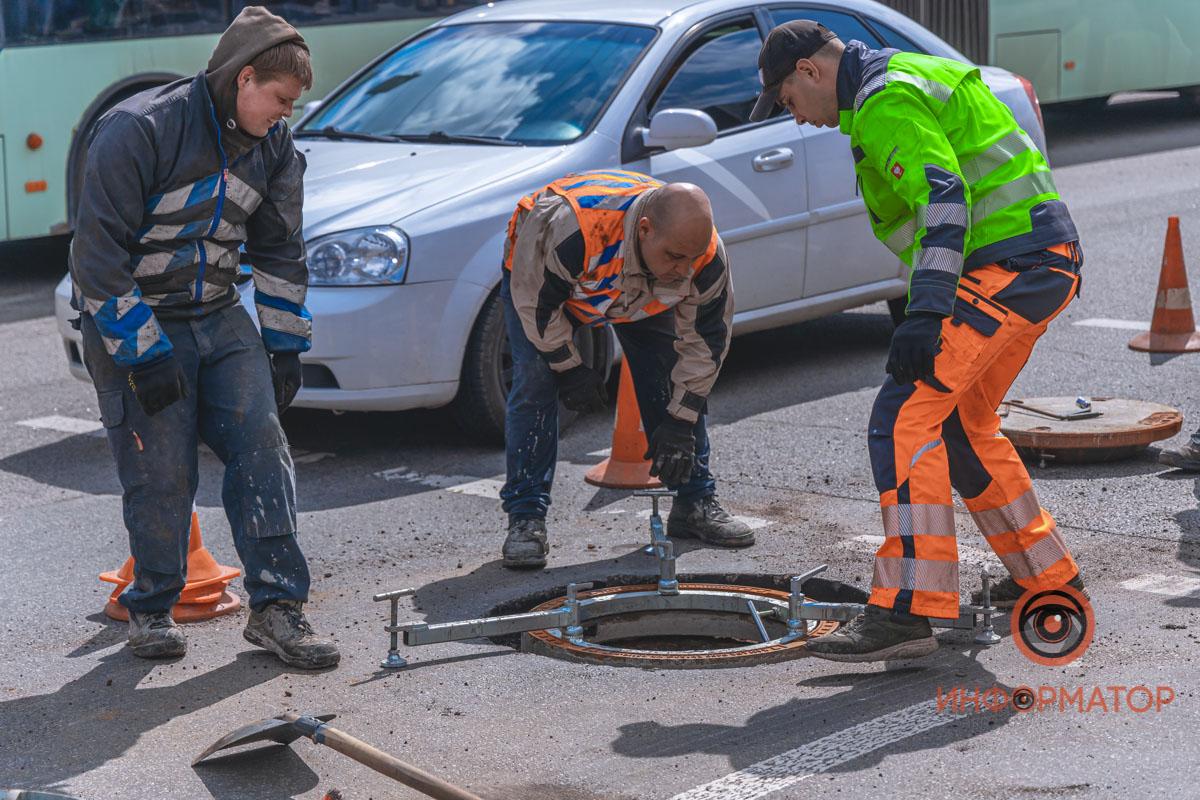 В Днепре на Слобожанском проспекте меняют люки: движение затруднено