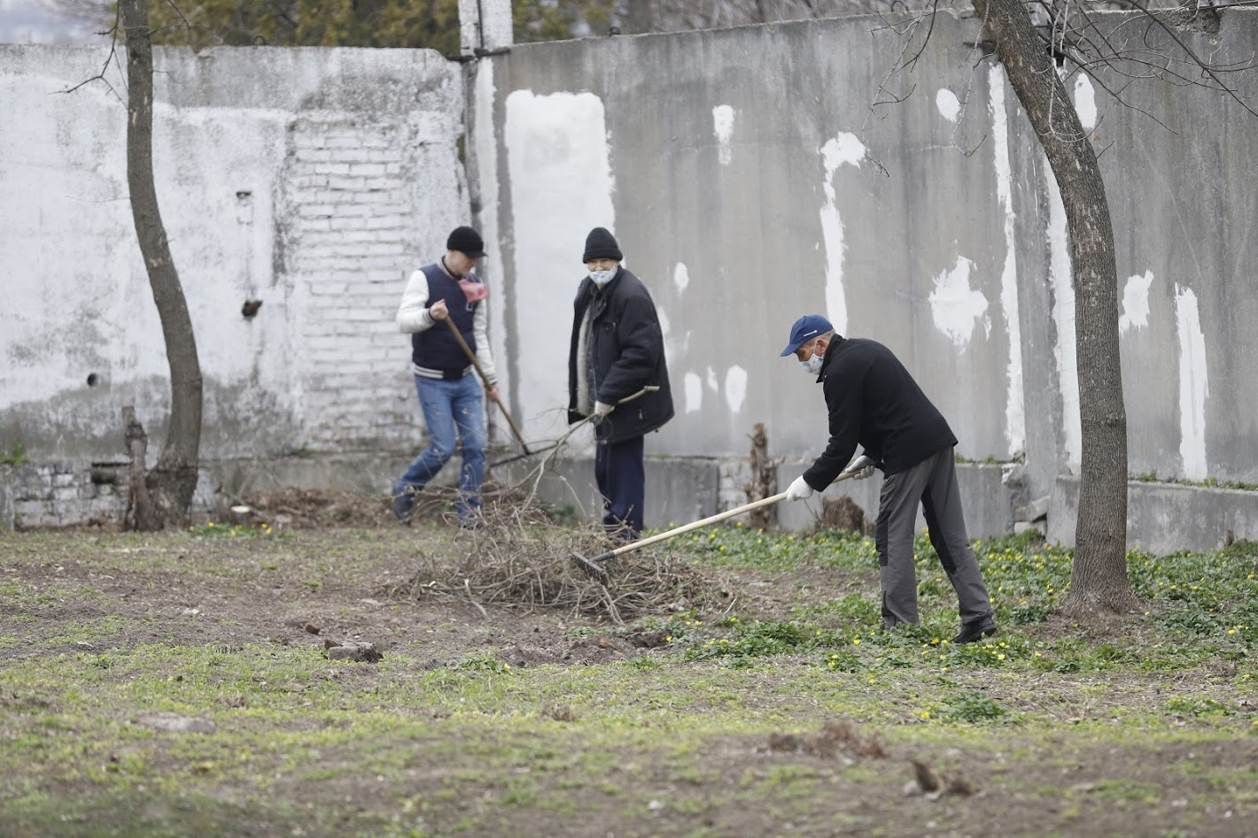 На территориях больниц и учреждений социальной сферы Днепра проводят масштабную весеннюю уборку