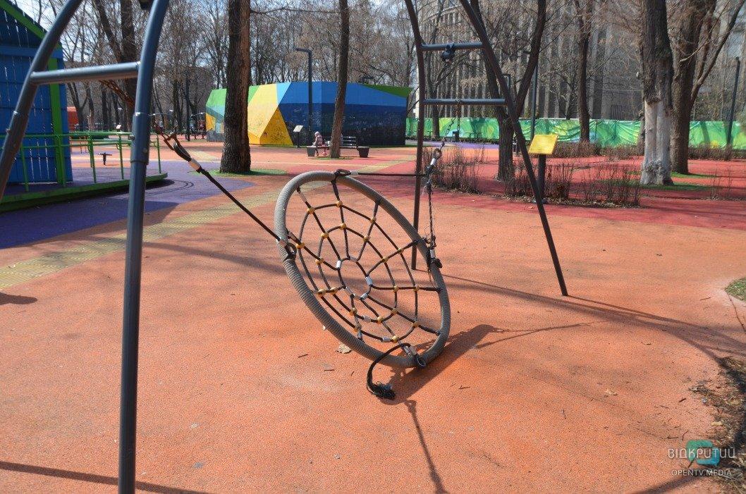 Сломаны качели и маты на стенах: инклюзивный парк в Днепре пришел в упадок