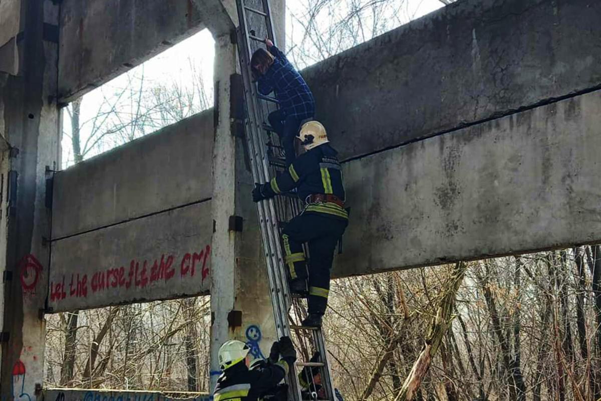 В Днепре чрезвычайники сняли ребенка с 8-метровой высоты в заброшенном здании
