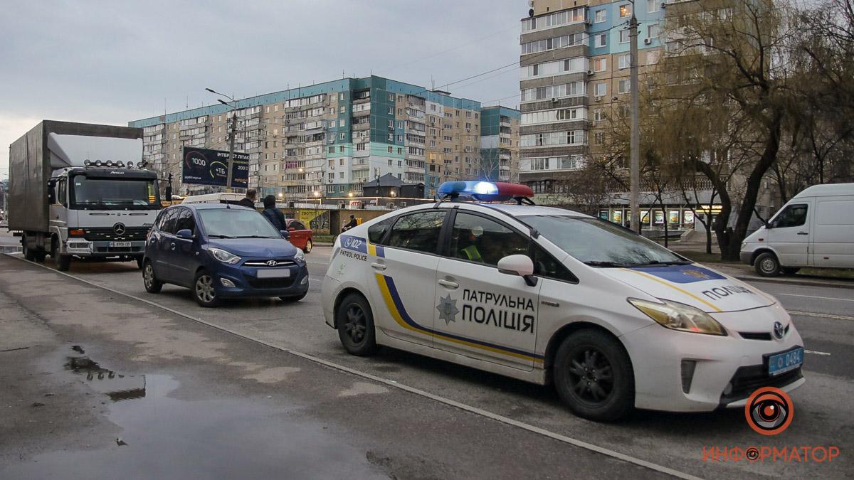 В Днепре на Метростроевской Hyundai сбил женщину: ее забрала скорая