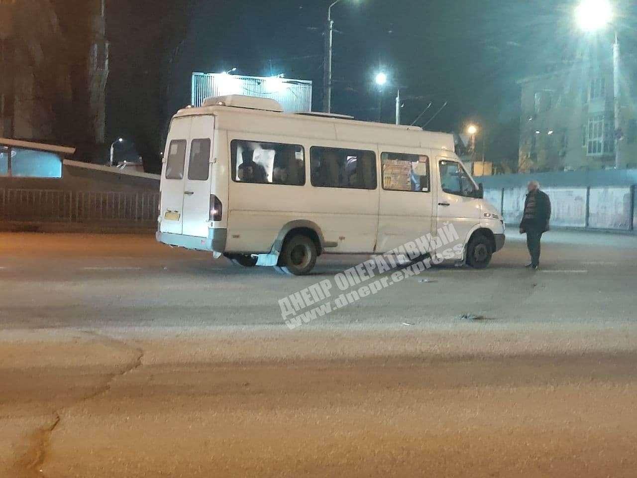 В Днепре на перекрестке Слобожанского проспекта и Калиновой мужчина попал под колеса маршрутки (появилось видео ДТП)