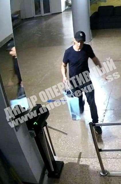 Зашел в школу и украл ноутбуки: в Днепре ищут вора