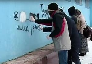 В Днепре рекламу спайсов закрывают флагом Украины