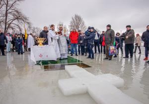 Освящение воды, тысячи купальщиков и выступления творческих коллективов: В Днепре празднуют Крещение