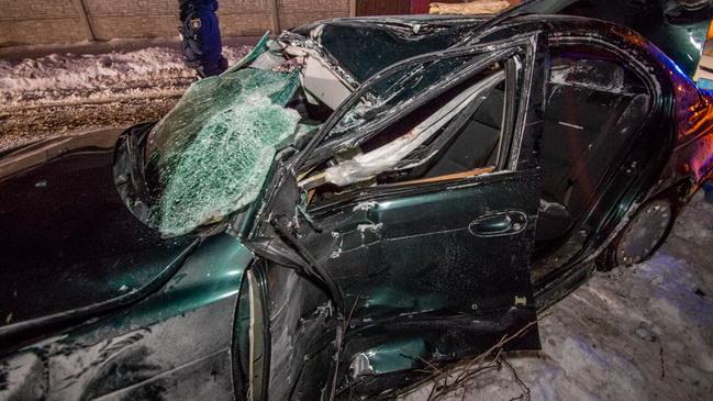 В Днепре на улице Зеркальной автомобиль BMW «влетел» в столб: пострадал мужчина