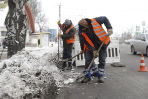 Подготовка к потеплению: в Днепре начали расчищать ливневки для приема талого снега