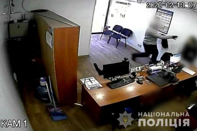 На Днепропетровщине за разбойное нападение на сотрудницу кредитного учреждения правоохранители в течение часа задержали мужчину | Городской сайт Днепра