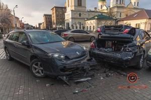 В Днепре на Троицкой площади столкнулись Toyota, Lexus и Renault