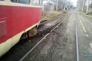 В Днепре на левом берегу трамвай сошел с рельсов