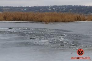 В Днепре на косе на Малиновского двое рыбаков провалились под лед