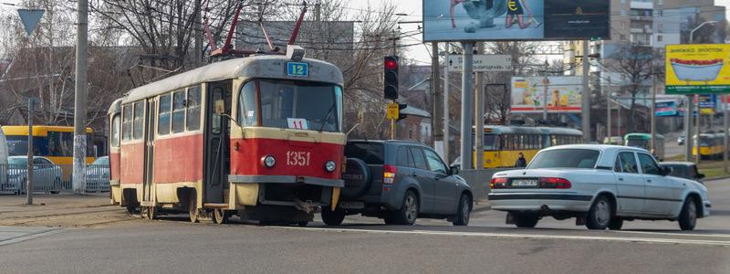 На Рабочей столкнулись Suzuki и трамвай: движение электротранспорта парализовано
