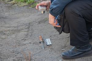 В Днепре на улице мужчина ударил ножом работницу пункта приема макулатуры