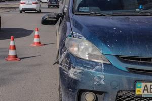 В Днепре мужчина на Mazda сбил женщину и пытался скрыться: прохожие заблокировали его автомобиль