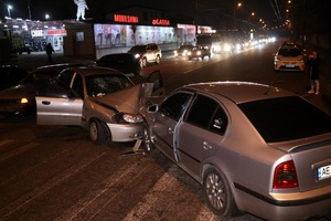 В Днепре на проезде Гальченко столкнулись два Daewoo и Skoda: троих пострадавших забрала скорая