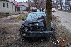 В Днепре BMW ударил припаркованный Opel, вылетел на газон и врезался в дерево