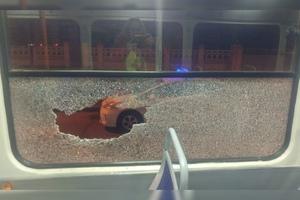 В Днепре на Вокзальной площади пьяный мужчина разбил окно трамвая