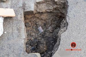 В Днепре на Яворницкого посреди дороги образовалась глубокая яма