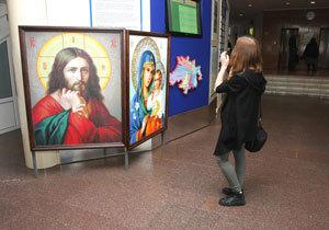 У Дніпровській міськраді відкрилася виставка картин, виконаних в унікальній техніці межівської мозаїки
