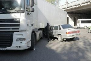 В Днепре возле ДЗМО из-за столкновения с Lada грузовик Daf перекрыл дорогу