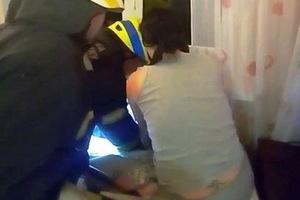 В Днепре спасатели освободили ребенка, застрявшего между радиатором и стеной