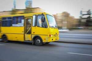 В Днепре неадекватный пассажир ударил водителя маршрутки прямо на ходу
