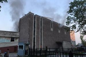 В Днепре горел заброшенный кинотеатр «Салют»: подробности и фото с места происшествия