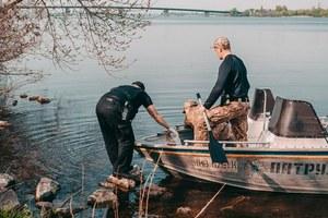 В Днепре из реки достали тело мужчины