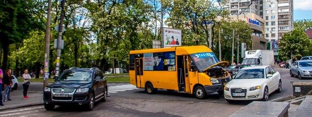 ДТП на Яворницкого: на перекрестке не поделили дорогу маршрутка и Audi