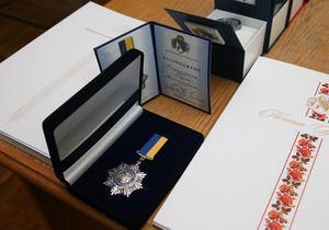 Отличиями председателя областного совета наградили Украинских миротворцев