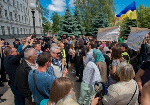 Стычка под облсоветом: в центре Днепра верующие и активисты не поделили церковь