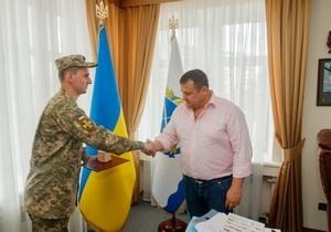 Пример для каждого: Борис Филатов наградил днепрянина, который помог потушить возгорание в трамвае