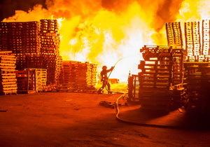 В Днепре на улице Осенней горел склад с поддонами