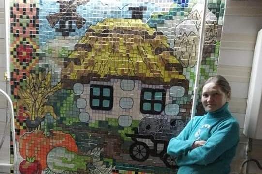 В Днепре рукодельница создает мозаики из строительного мусора
