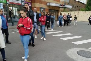 Днепряне выстраиваются в огромные очереди на транспорт