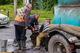В Днепре на Гвардейской коммунальщики чинят коллектор на проезжей части: движение затруднено