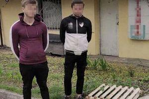 В Днепре двое парней пытались украсть батареи с территории школы